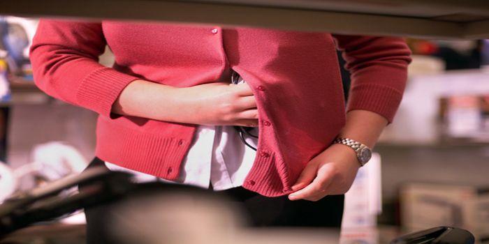 כתב אישום נגד אישה שנהגה לגנוב תיקי סועדים במסעדות