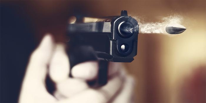 פלט בטעות כדור מאקדחו ופצע את בנו