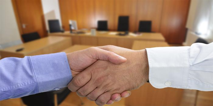 האם כדאי לנאשם להילחם על חפותו או להגיע להסדר טיעון?