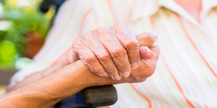 מטפלים סיעודיים ואחות אחראית בבית אבות בחיפה נעצרו בחשד להתעללות בקשישים