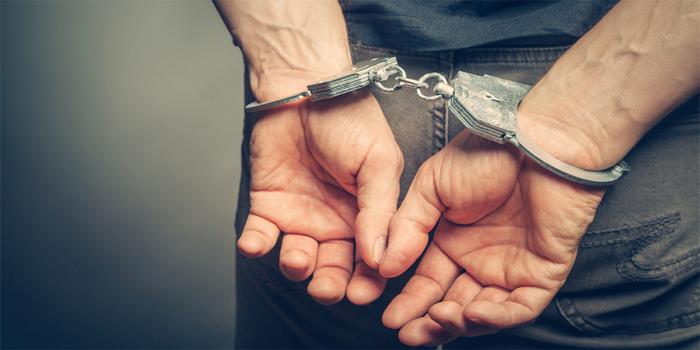 שוטר שהועבר מתפקידו בעבר בשל תקיפה מינית של קטינות נעצר שוב