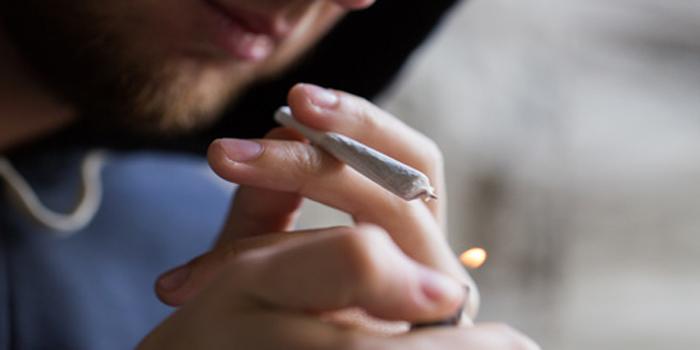 מעשנים פסיביים - האם אתה עובר עבירה פלילית כשהחבר'ה לידך מעשנים סמים?
