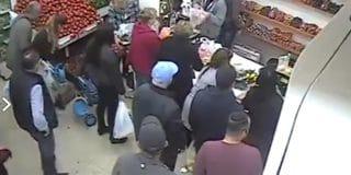 חשוד תועד גונב ארנק מאישה בעת שטיפלה בבנה בחנות ירקות בחולון