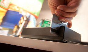 בעל מכבסה גיהץ את כרטיסי האשראי של לקוחותיו