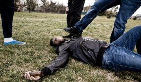 בני עשרים מרחובות תועדו מכים צעיר ומותירים אותו פצוע על הכביש