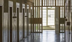 עציר בכלא רימונים מואשם בהחבאת חשיש בסוכריות טופי ומכירתו לאסירים