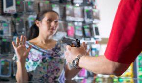 בן 27 מרמלה נעצר בחשד ששדד מספר חנויות במרכז הארץ באמצעות אקדח דמה