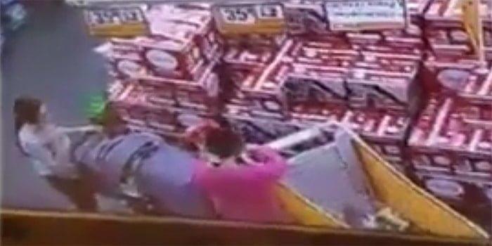 שתי נשים נתפסו מעמיסות מצרכים מסופר ברמלה על עגלת תינוק תוך שהן מסכנות את חייו