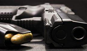 שינוי עילת סגירה לחוסר אשמה ללקוח שנחשד שדרך את נשקו ואיים לרצוח את אשתו