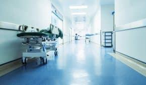 בוטלה הרשעתו של נאשם בביצוע מעשה מגונה ובהטרדה מינית של עובדות ניקיון בבית חולים