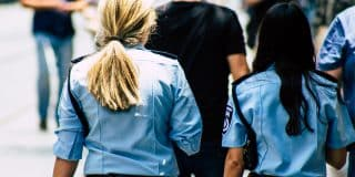 אישה שהואשמה בתקיפת שוטרים זוכתה מחמת הספק