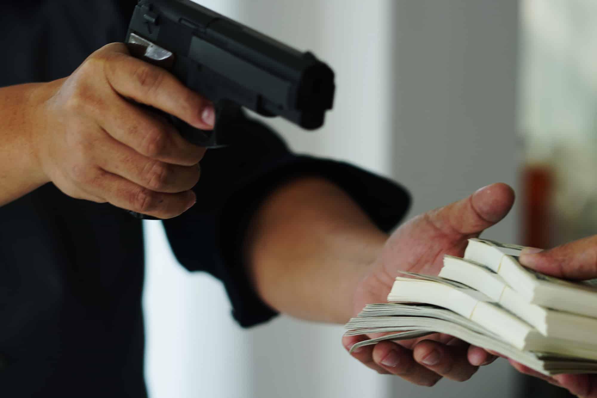 קטין הודה ששדד בעלי עסק באיומי אקדח ולא הורשע