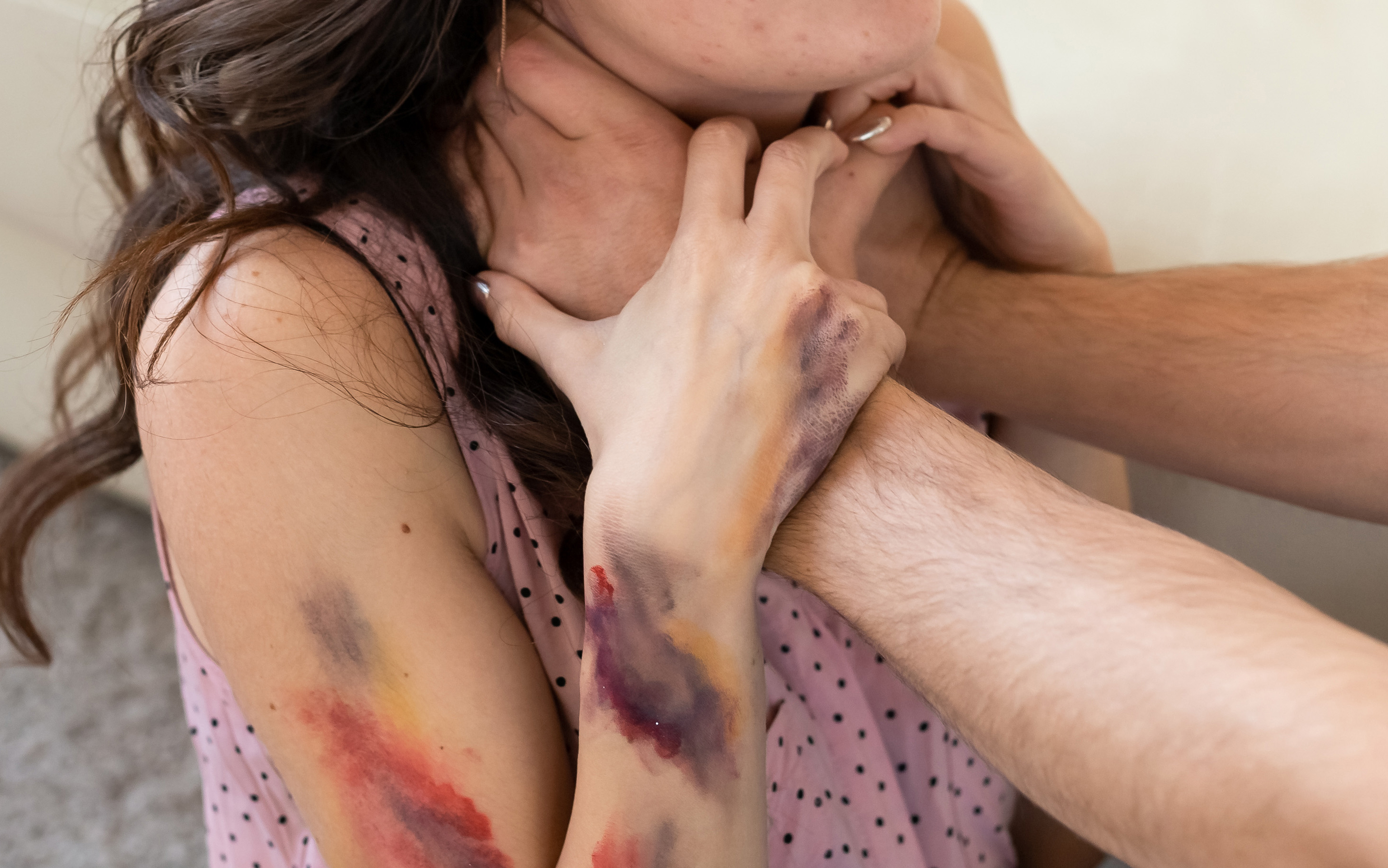 מאסר על תנאי בלבד למורה שחנק את אשתו ההרה עד שאיבדה את הכרתה