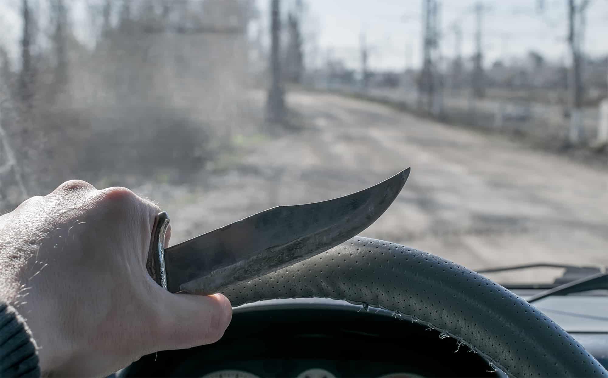 בית המשפט זיכה נהג שנתפס מחזיק ברכבו שני סכינים עקב חיפוש לא חוקי
