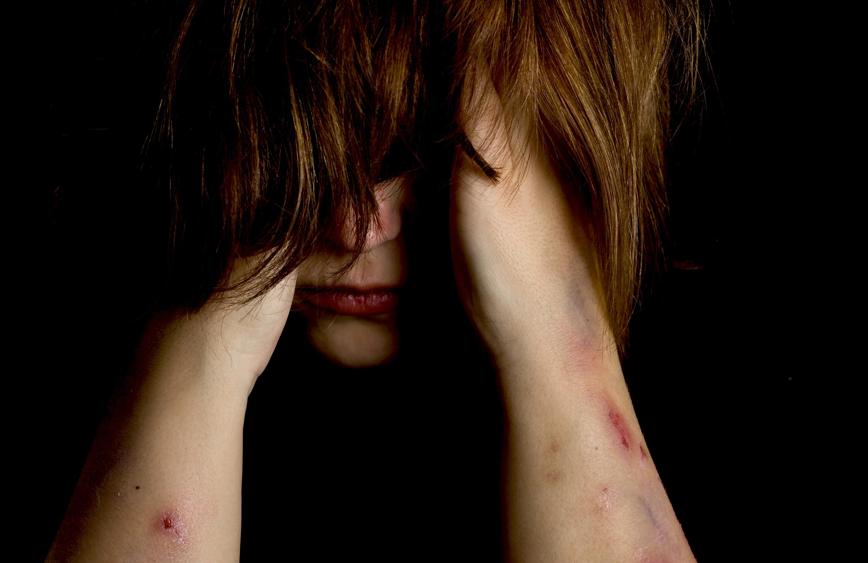 סגירת תיק פלילי בעבירות תקיפת אישה חסרת ישע והפרת צו בית משפט