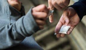 בית המשפט בפתח תקווה גזר עבודות שירות בלבד על נאשם שביצע מעל 40 עסקאות סמים